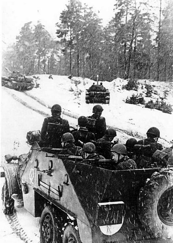 БТР-152В1 на учениях. Трех амбразур в борту машины на всех не хватало, поэтому часть пехотинцев вела огонь поверх борта