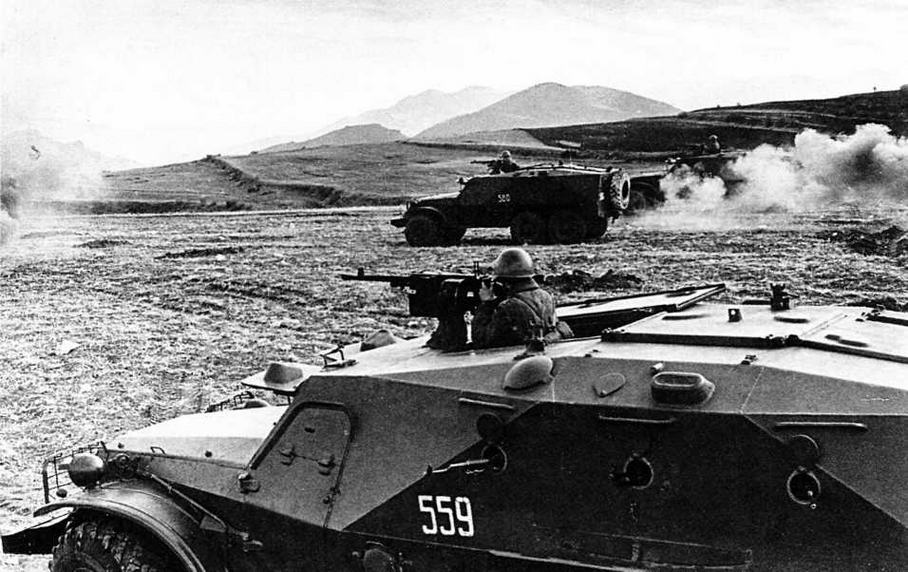 На учебном поле — бронетранспортеры БТР-152К1. 1966 год