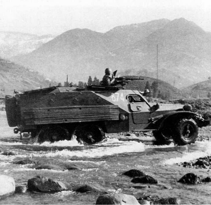 БТР-152К1 форсирует вброд водную преграду