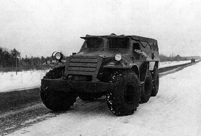 Опытный бронетранспортер БТР-Э152В с равным расположением осей. Управляемыми были колеса переднего и среднего мостов