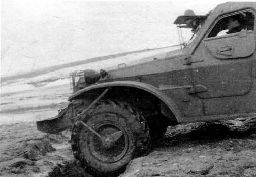 Автомобиль ЗИЛ-157 и серийный бронетранспортер БТР-152В в момент попытки преодоления окопа нормального профиля. Выяснилось, что, в крайнем случае, машина может перемещаться по грунту, не пересеченному окопами и траншеями, без одного из поврежденных колес или даже без двух на средней оси, что было бы немыслимо на обычных БТР-152.
