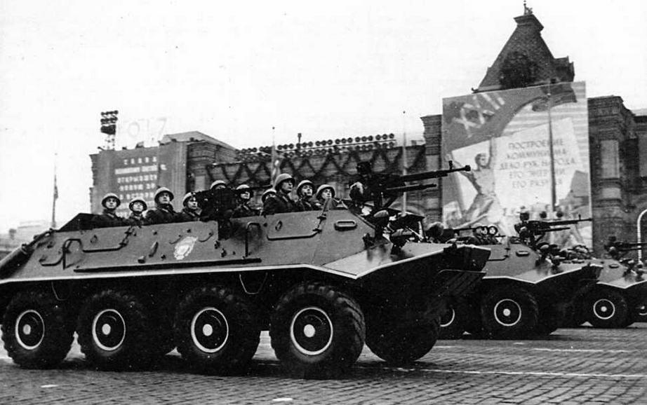 Бронетранспортеры БТР-60П проходят по Красной площади. 7 ноября 1961 года