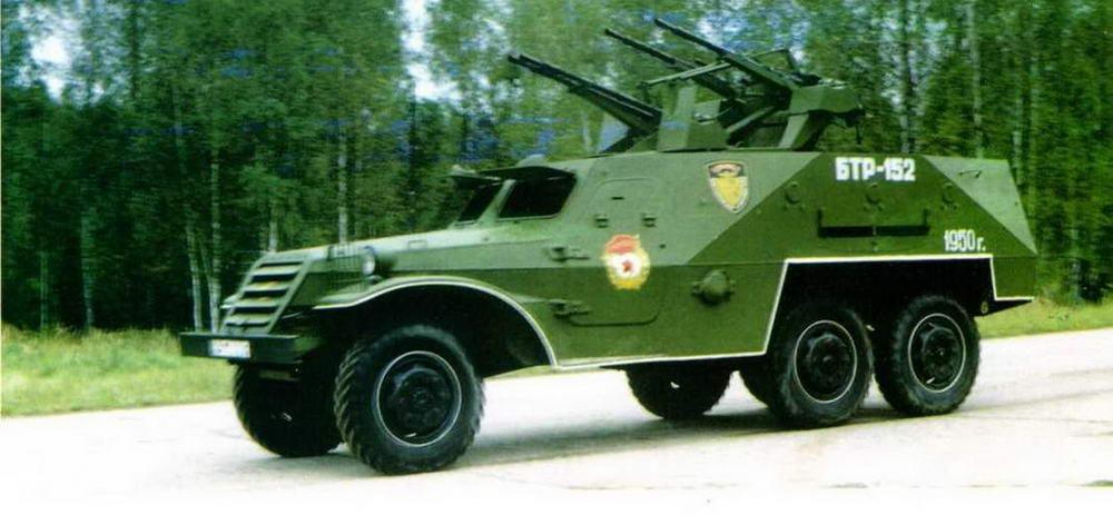 Бронетранспортер БТР-152Д (ЗТПУ-4) во время показа в Военноисторическом музее бронетанкового вооружения и техники в Кубинке