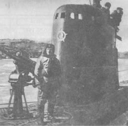 М-172 возвращается в базу из 13-го боевого похода. У 45-мм орудия – командир лодки И.И.Фисанович