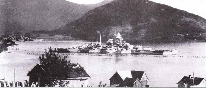 Линкор Tirpitz после завершения операции Roesselsprung. Снимок сделан в заливе Коген, недалеко от Нарвика. Слева на заднем плане виден тяжелый крейсер Admiral Hipper.