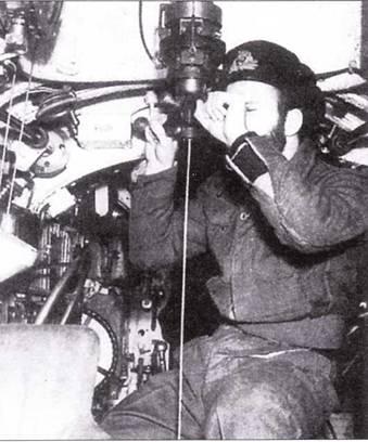 Офицер смотрит в перископ подводной лодки «тип X».