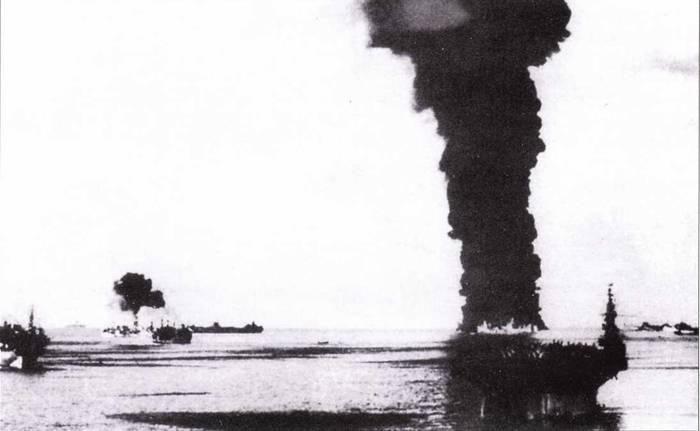 Результат атаки торпед-камикадзе в районе атолла Улити. Горит танкер Mississinem, 20 ноября 1944г.
