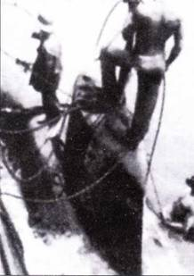 Рубки затопленной <a href='https://arsenal-info.ru/b/book/870496928/34' target='_self'>сверхмалой подводной лодки</a>, поднятой из воды.