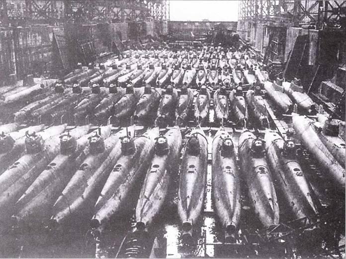 Японские <a href='https://arsenal-info.ru/b/book/870496928/34' target='_self'>сверхмалые подводные лодки</a> типа d (Тей-Гата) в доке верфи Мицубиси в Нагасаке. Построено 118/ единиц.