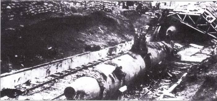 Японская сверхмалая подводная лодка после налета американской авиации.