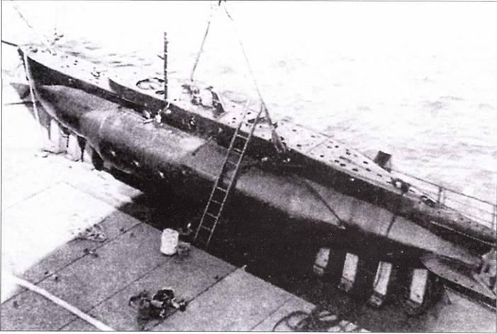 Британская сверхмалая подводная лодка тип X, участвовавшая позднее в атаке на линкор Tirpilz. Виден установленный подрывной заряд.
