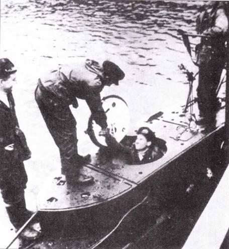 Британская сверхмалая подводная лодка готовится к боевому походу. Экипаж занимает места.