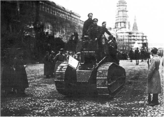 Первый «танковый» парад на Красной площади 1 мая 1919 года — проходит один из захваченных под Одессой «Рено» FT (ЦМВС).