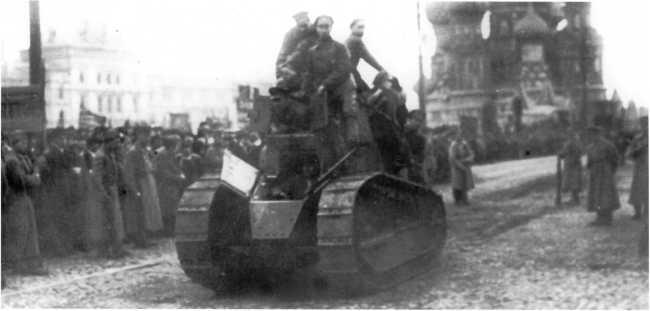 Еще один снимок трофейного «Рено» FT на Красной площади 1 мая 1919 года. Видимо, танк проехал по площади несколько раз туда-сюда, так как на этом фото виден Собор Василия Блаженного (на заднем плане), а на предыдущем — Никольская башня Московского Кремля (РГАКФД).