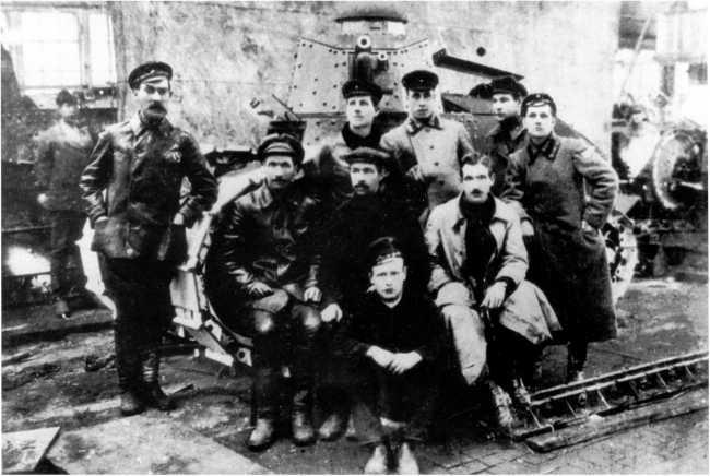 Первый образец танка «Русский Рено» в цеху Сормовского завода. Август 1920 года. У машины — инженеры и техники, руководившие проектированием и сборкой машины, слева стоит комиссар Центроброни И.Х. Гаугель. На заднем плане виден еще один «Русский Рено» (АСКМ).