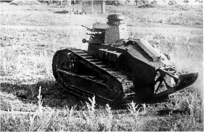 Танк «Русский Рено» на маневрах Московского военного округа. 1922 год. Хорошо видно пушечно-пулеметное вооружение машины (ЦМВС).