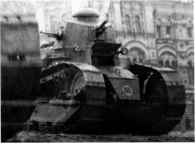 Танк «Русский Рено» на Красной площади во время парада. Москва, 7 ноября 1928 года. Хорошо видна установка вооружения, а также тактическое обозначение, принятое для танковых частей РККА в 1925 году (ЦМВС).