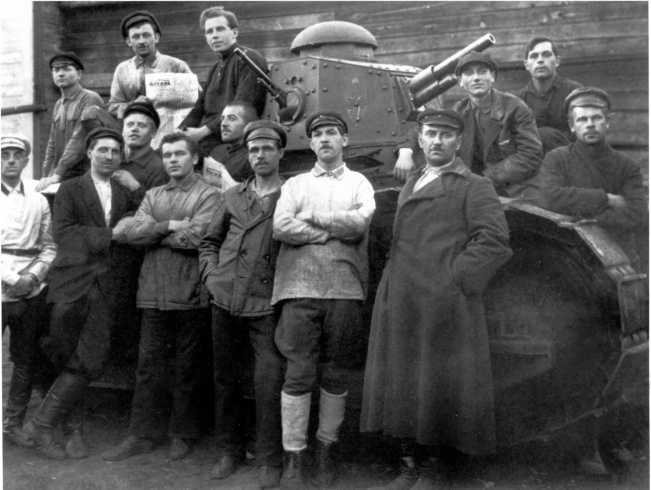 Делегация московских рабочих в гостях у танкистов. Примерно 1923-24 года. На заднем плане танк «Русский Рено» — хорошо видно смешанное пушечно-пулеметное вооружение, а также эмблема броневых сил РККА, нанесенная на башню (АСКМ).