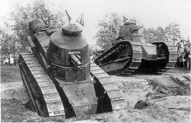 «Рено» FT из состава 1-го танкового полка польской армии на фронте. Лето 1920 года. На фото машины с литой башней и пушкой и клепаной башней и пулеметом (ЯМ).