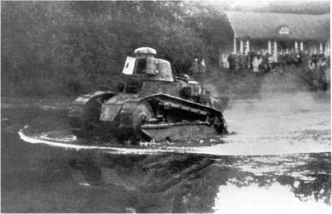 Танк «Рено» FT 1-го танкового полка польской армии форсирует водную преграду. 1920 год (ЯМ).
