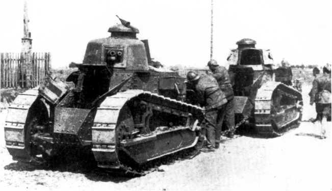 Неисправный «Рено» FT цепляют для буксировке к такой же машине. 7-й танковый полк польской армии, советско-польский фронт, 1920 год (ЯМ).