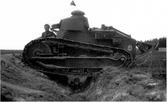 Танк «Рено» FT польской армии на учениях по преодолению препятствий. Начало 1920-х годов. На башенке виден бело-красный флажок (ЯМ).