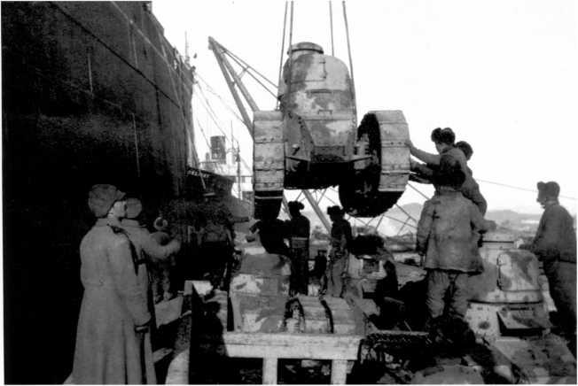 Разгрузка танков «Рено» FT во Владивостоке. 1920 год. Хорошо видно, что все машины имеют трехцветный французский камуфляж (ЯМ).