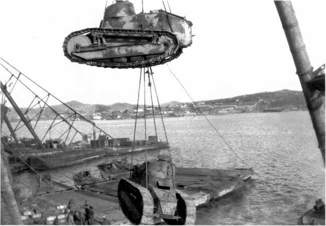 Танки «Рено» FT выгружают краном с парохода в порту Владивостока. 1920 год. На борту верхней машины читается французский номер — 9096. В армии ДВР эта машина получит название «Мститель» (ЯМ).