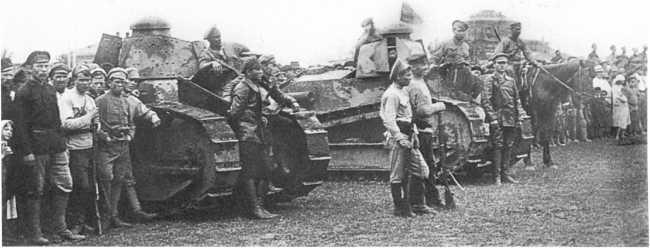 Танки 1-го Амурского тяжелого танкового дивизиона в Благовещенске. 10 августа 1920 года. Обратите внимание на броневые «щеки» на башне дальней машины, вооруженной пулеметом Максима (АСКМ).