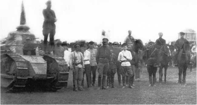 Танк «Рено» FT Амурского тяжелого танкового дивизиона на митинге в Благовещенске. 10 августа 1920 года. Машина вооружена пулеметом Гочкиса (ЦМВС).