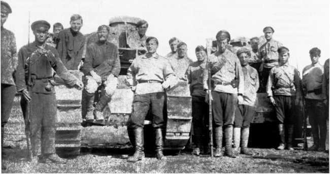 Бойцы одной из частей Народно-Революционной Армии Дальневосточной республики (НРА ДВР) у танков «Рено» FT. 1920 год. Левая машина имеет литую башню (ЦМВС).