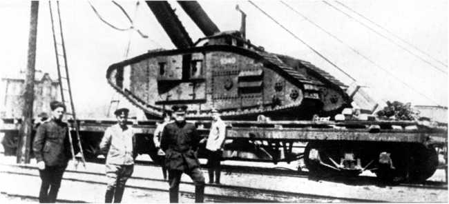 Выгруженный с парохода и установленный на железнодорожную платформу танк MK-V с бортовым номером 9340. Новороссийск, лето 1919 года (ЦМВС).