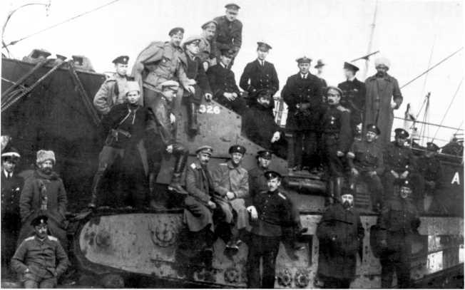 Офицеры Вооруженных сил Юга России и британские моряки на доставленном из Англии и снятом с парохода танком МК-А «Уиппет» с бортовым номером 326 (РГАКФД).