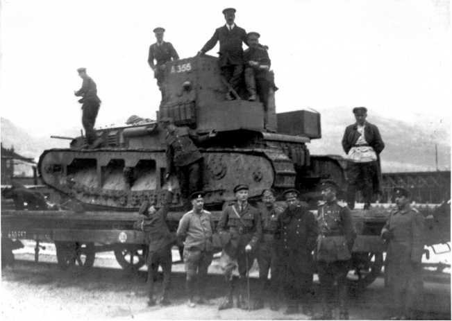 Выгруженный с парохода танк МК-А «Уиппет» с бортовым номером 326, установленный на железнодорожную платформу для отправки в Екатеринодар. Новороссийский порт, лето 1919 года (фото из коллекции в. Марковчина).