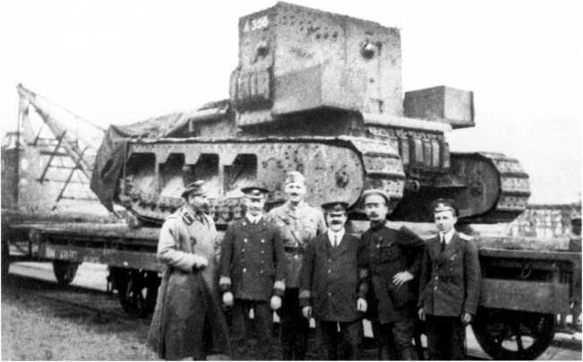 Тот же танк МК-А «Уиппет» с бортовым номером 326, что и на двух предыдущих фото — около машины стоят британские офицеры и офицеры ВСЮР, которые занимались обеспечением разгрузки танков в Новороссийске (фото из коллекции Я. Магнуского).