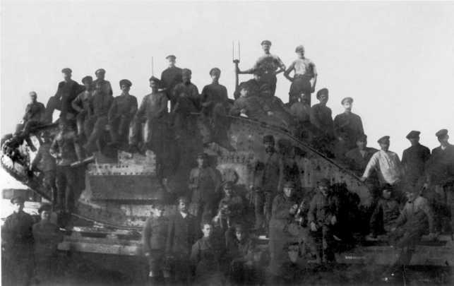 Один из прибывших из Англии танков MK-V после разгрузки и установки на железнодорожную платформу. Новороссийск, лето 1919 года. На борту видна последняя цифра четырехзначного номера машины — 8 (ЦМВС).