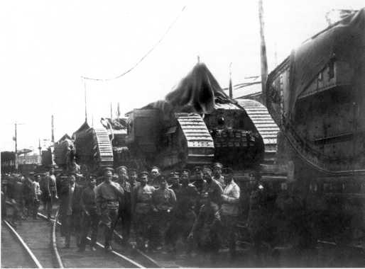 Эшелон с танками MK-V перед отправкой в Школу английских танков в Екатеринодаре. Лето 1919 года. Вторая справа машина имеет бортовой номер 9558 (фото из коллекции В. Марковчина).