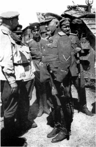 Командующий Вооруженными силами Юга России генерал А. Деникин беседует с офицерами-танкистами. Лето 1919 года (РГАКФД).