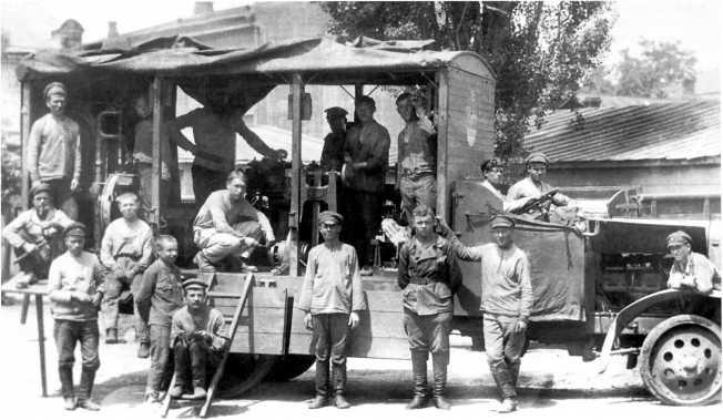 Автомастерская на шасси английского грузовика «Торникрофт» (Thornycroft), использовавшаяся танковыми частями ВСЮР. Машина была захвачена Красной Армией в Новороссийске весной 1920 года, на передней стенке кузова видна бело-сине-красная кокарда (АСКМ).
