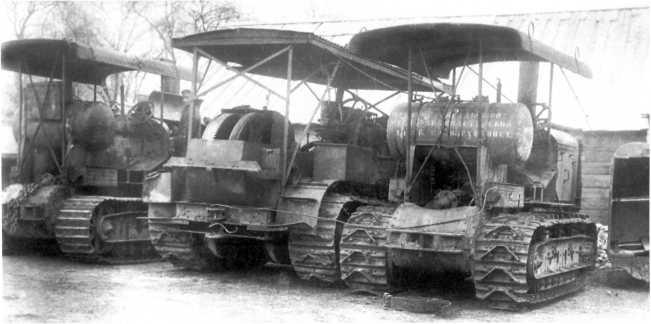Трактора английского производства из состава 2-го дивизиона танков ВСЮР, захваченные Красной Армией в Новороссийске весной 1920 года: в центре «Рустон» (Ruston), справа и слева «Клейтон» (Clayton) с различными гусеницами. Трактора использовались в танковых отрядах в качестве тягачей (АСКМ).
