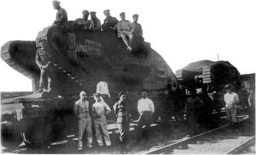 Русские офицеры-танкисты и английские инструкторы у танков MK-V, прибывших на ремонт в Таганрог. Лето 1919 года. Передняя машина называется «Генерал Дроздовский» (ЦМВС).