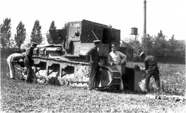 Занятия по изучению матчасти танка МК-А «Уиппет» в Школе английских танков. Лето 1919 года. Машина имеет бортовой номер А-356 (РГАКФД).