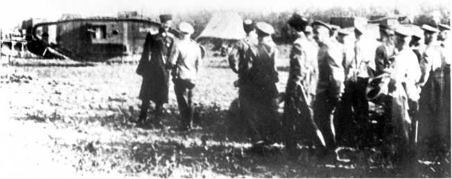 Командующий Кавказской армией генерал П. Врангель во время осмотра танков, прибывших под Царицын. Июнь 1919 года (фото из архива В. Марковчина).