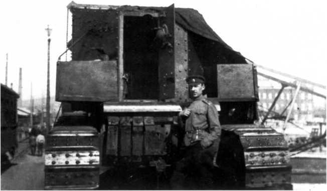 Офицер-танкист ВСЮР у танка МК-А «Уиппет». Лето 1919 года (РГАКФД).