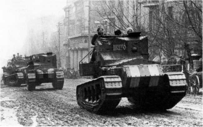 Танки МК-А «Уиппет» из состава 4-го отряда 1-го дивизиона танков движутся по улице Ростова. Осень 1919 года. Головная машина называется «Генерал Шкуро». Впоследствии этот танк воевал и в Русской армии П. Врангеля (ЦМВС).