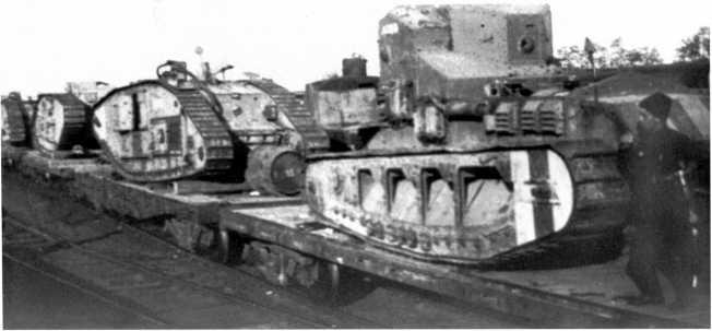 Трофейные танки белых перед отправкой в Москву. Новороссийск, май 1920 года. На платформах видны четыре MK-V и один МК-А «Уиппет» (РГАКФД).