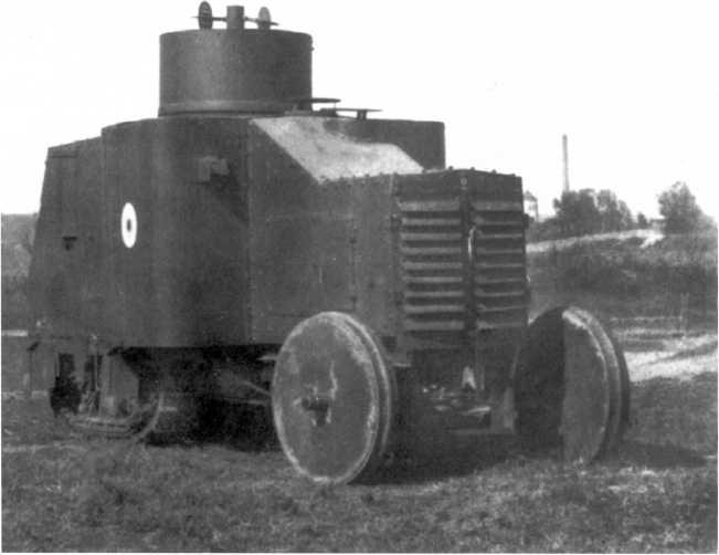 Испытания бронетрактора, построенного на американском шасси «Буллок-Ломбард» (Bullock-Lombard), в районе Новороссийска. 1919 год. Машина изготовлена заводом «Судосталь», вооружение еще не установлено (РГАКФД).