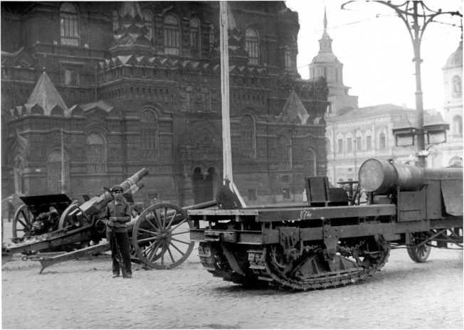 Выставка трофеев Красной Армии на Красной площади. Лето 1920 года. На переднем плане — трактор «Буллок-Ломбард», на фото хорошо видна конструкция гусеничного движителя. Аналогичное шасси использовалось для бронировки белыми в Новороссийске (РГАКФД).