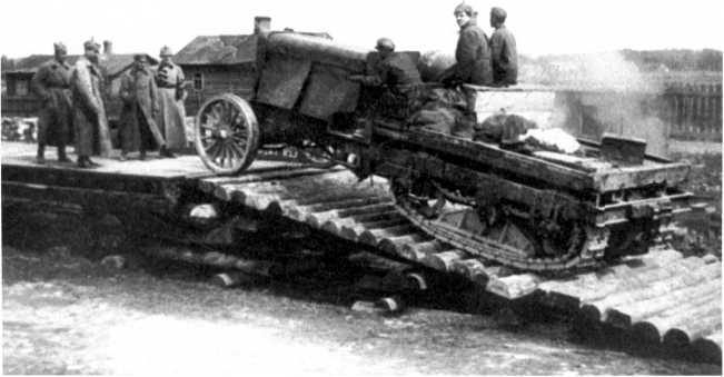 Погрузка трофейного трактора «Буллок-Ломбард» на железнодорожную платформу. На фото хорошо видна общая конструкция шасси трактора (АСКМ).