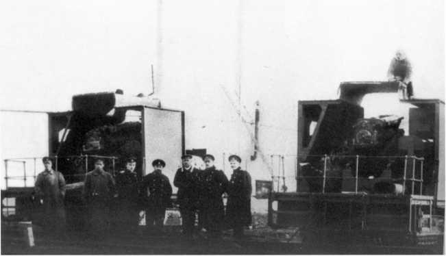 Трактора «Клейтон» с установленными на них морскими орудиями (предположительно 120-мм Канэ). На обороте оригинала фото надпись: «Отдельный морской корпус. Два танка, построенные в Таганроге 1919г.» (ЦМВС).
